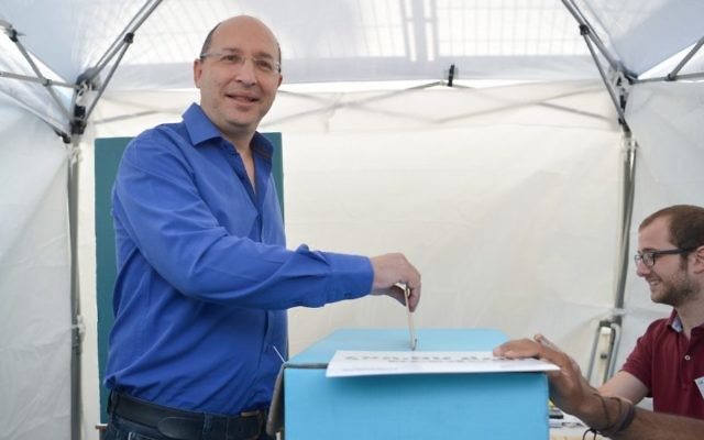 Histadrut labor union chairman Avi Nissankorn arrives to vote for the Histadrut elections at a polling station in Tel Aviv, on May 23, 2017. (Flash90)