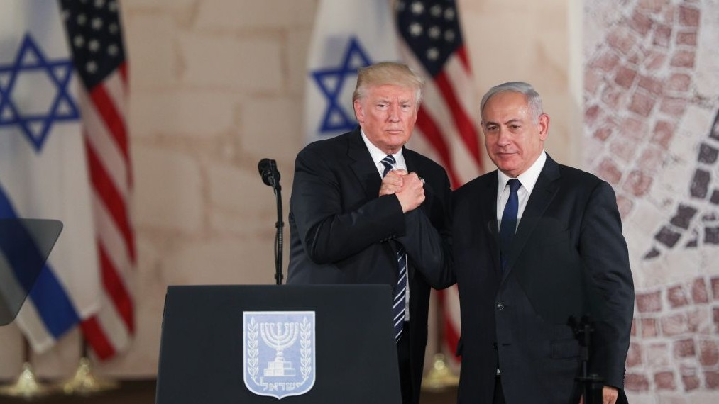 US president Donald Trump and Prime Minister Benjamin Netanyahu shake hands after giving final remarks at the Israel Museum in Jerusalem before Trump departure, on May 23, 2017. (Yonatan Sindel/Flash90)