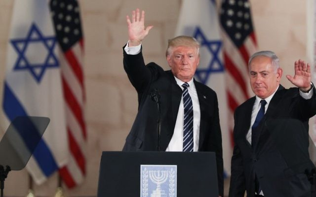 US President Donald Trump (left) and Prime Minister Benjamin Netanyahu wave at the audience after giving final remarks at the Israel Museum in Jerusalem, on May 23, 2017. (Yonatan Sindel/Flash90)