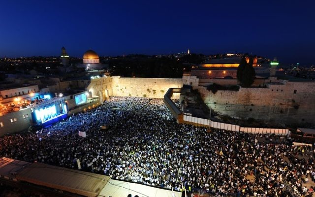 Thousands of Israelis wave flags as they celebrate Jerusalem Day at the Western Wall on May 24, 2017. (Mendy Hechtman/Flash90)