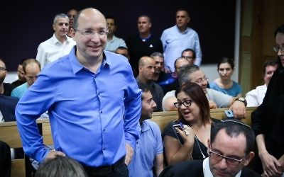 Histadrut labor union chairman Avi Nissankorn arrives at Tel Aviv District Court after an appeal to stop the vote counting, claiming ballot tampering in the elections to the head of the Histadrut labor union, May 25, 2017. (Flash90)