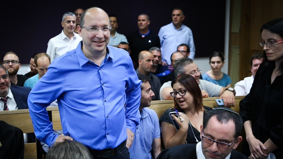 Histadrut labor federation chairman Avi Nissankorn arrives at Tel Aviv District Court after an appeal to stop the vote counting, claiming ballot tampering in the elections to the head of the Histadrut labor federation, May 25, 2017. (Flash90)