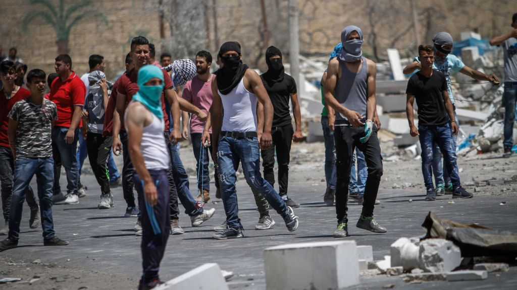 Palestinian protesters clash with Israeli forces s in the West Bank village of Beta near Nablus on May 26, 2017, following a demonstration in solidarity with Palestinian prisoners on hunger strike in Israeli jails. (Nasser Ishtayeh/Flash90)