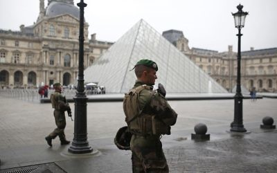 Soldiers patrol in the courtyard of the Louvre museum in Paris, France Sunday, May 7, 2017. (AP Photo/Kamil Zihnioglu)