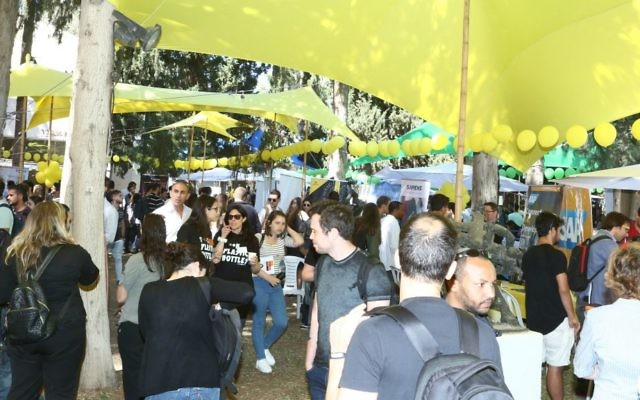 IDC job fair, April 2017, when students meet prospective employers (Courtesy Ofer Amram)