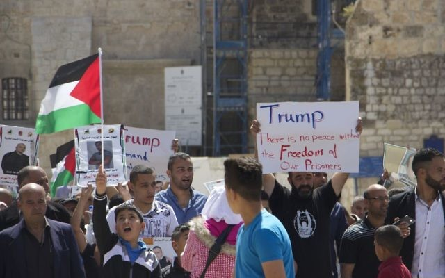 Palestinians in Bethlehem show support for prisoners hunger striking in Israeli jails as US President Donald Trump meets with PA President Mahmoud Abbas in the city, on Tuesday, May 23, 2017 (Dov Lieber/Times of Israel)