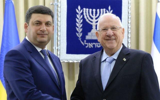 President Reuven Rivlin, right, meets Ukrainian Prime Minister Volodymyr Groysman, left, in Jerusalem, May 15, 2017. (Mark Neiman/GPO)