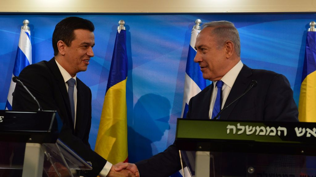 Prime Minister Benjamin Netanyahu (l) and Romanian Prime Minister Sorin Grindeanu on May 4, 2017. (Koby Gideon/GPO)