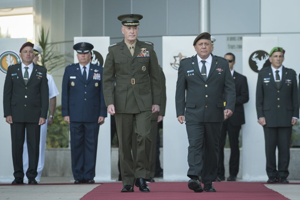 Chairman of the US Joint Chiefs of Staff Joseph Dunford and IDF Chief of Staff Gadi Eisenkot take part in an honor guard ceremony at the army's Tel Aviv headquarters on May 9, 2017. (IDF Spokesperson's Unit)