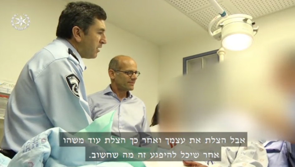 Jerusalem police chief Yoram Halevy visits a policeman recovering in hospital after being stabbed by a Jordanian man in the Old City, May 13, 2017. (Channel 2 screenshot)