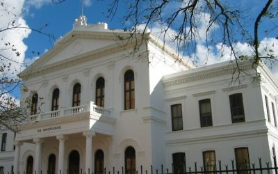 The 'Ou Hoofgebou' (old main building) on Stellenbosch University campus, July 7, 2007. (CC by Dfmalan, Wikimedia commons)
