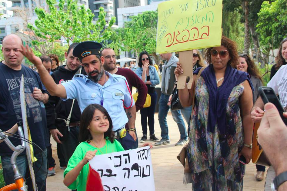 Livid 88FM fans demonstrating that their public radio station isn't the same after being transferred to new Kan media company after the IBA closure (Courtesy Mishmar 88)
