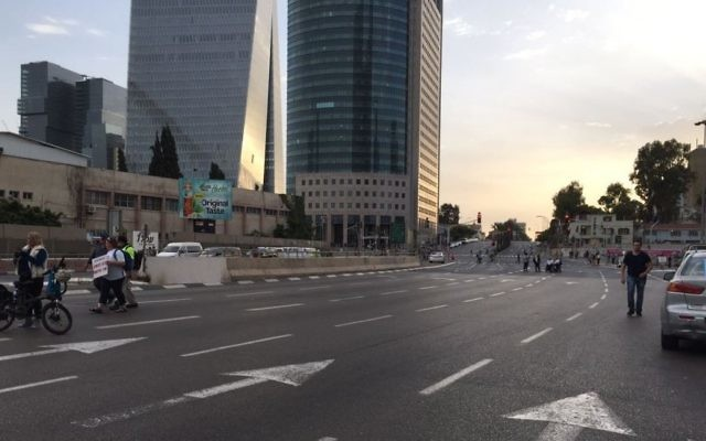 A Tel Aviv street empty of traffic as disabled protesters closed main thoroughfares to demand the minimum wage, May 18, 2017. (Stuart Davidovich)