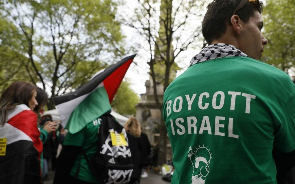 Protesters in Paris demonstrating against a new Israeli settlement in the West Bank, April 1, 2017. (Thomas Samson/AFP/Getty Images/via JTA)