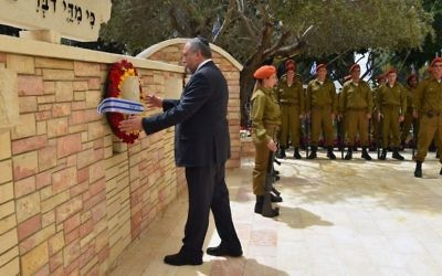 Defense Minister Avigdor Liberman lays a wreath at a Memorial Day ceremony at the Kiryat Shaul Military Cemetery in Tel Aviv on May 1, 2017. (Ariel Harmoni/Defense Ministry)