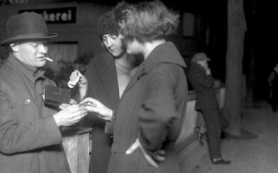 A drug deal is photographed in Berlin, 1924 (Public Domain/German Federal Archive)