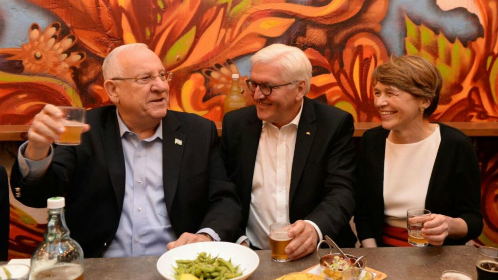 President Reuven Rivlin, left, his German counterpart Frank-Walter Steinmeier, center, and Steinmeier's wife Elke Büdenbender, right, drinking beer at Jerusalem's iconic Mahane Yehuda Market on May 6, 2017. (Twitter screen capture)