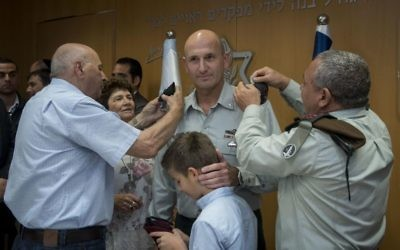 IDF Chief of Staff Gadi Eisenkot, right, promotes Muni Katz to major general at a ceremony in the army's Tel Aviv headquarters on May 11, 2017. (IDF Spokesperson's Unit)