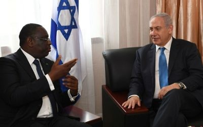 Prime Minister Benjamin Netanyahu, right, meets with Senegal's President Macky Sall in Monrovia, Liberia, June 4, 2017. (Kobi Gideon/GPO)