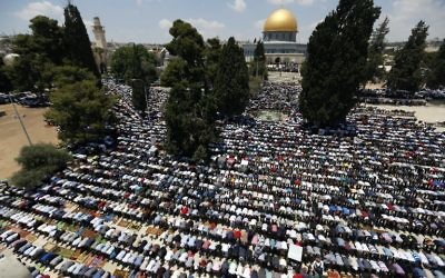 Palestinian Muslim worshipers attend the first Friday prayers of the Muslim holy month of Ramadan outside the Dome of the Rock at Jerusalem's Al-Aqsa Mosque compound on June 2, 2017. (AFP/Ahmad Gharabli)