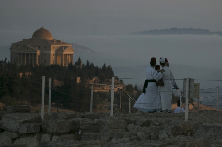 Samaritan worshipers gather to pray on top of Mount Gerizim near the northern West Bank city of Nablus as they celebrate the Shavuot festival at dawn, on June 4, 2017. (AFP PHOTO / JAAFAR ASHTIYEH)