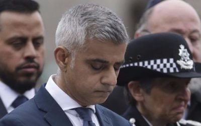 London Mayor Sadiq Khan bows his head during a vigil in Potters Fields Park in London on June 5, 2017 to commemorate the victims of the terror attack on London Bridge and at Borough Market that killed seven people on June 3. (Daniel LEAL-OLIVAS / AFP)