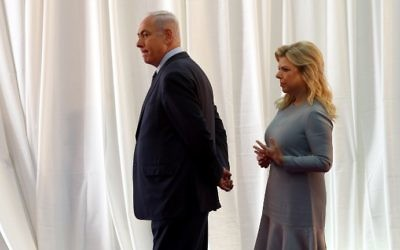 Prime Minister Benjamin Netanyahu and his wife Sara wait for the arrival of the Ethiopian prime minister and his wife ahead of a welcoming ceremony at the Prime Minister's Office in Jerusalem on June 6, 2017. (AFP Photo/Gali Tibbon)