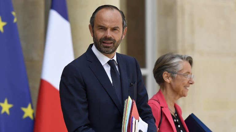 French Prime Minister Edouard Philippe (L) and French Minister of Transport Elisabeth Borne leave a cabinet meeting on June 7, 2017 at the Elysee Palace, in Paris. (bertrand GUAY / AFP)