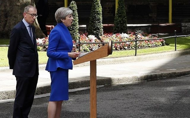 Britain's Prime Minister and leader of the Conservative Party Theresa May, accompanied by her husband Philip, delivers a statement outside 10 Downing Street in central London on June 9, 2017 as results from a snap general election show the Conservatives have lost their majority. AFP / Adrian DENNIS)