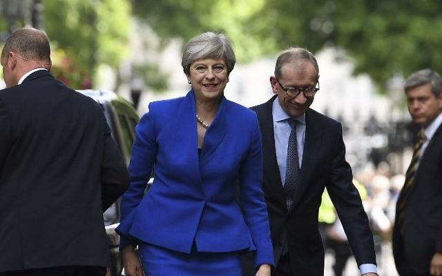 Britain's Prime Minister and leader of the Conservative Party Theresa May, accompanied by her husband Philip, arrives to deliver a statement outside 10 Downing Street in central London on June 9, 2017 as results from a snap general election show the Conservatives have lost their majority. AFP / Justin TALLIS)