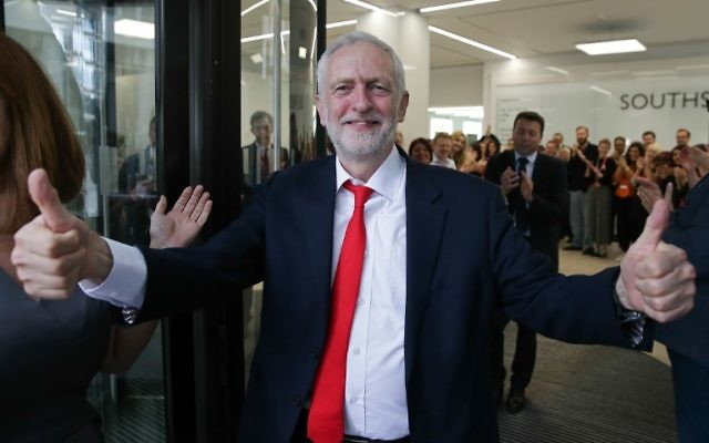 Britain's opposition Labour party Leader Jeremy Corbyn gives a thumbs up as he arrives at Labour Party headquarters in central London on June 9, 2017 after results in a snap general election showing a hung parliament with Labour gains and the Conservatives losing their majority. (AFP PHOTO / Daniel LEAL-OLIVAS)