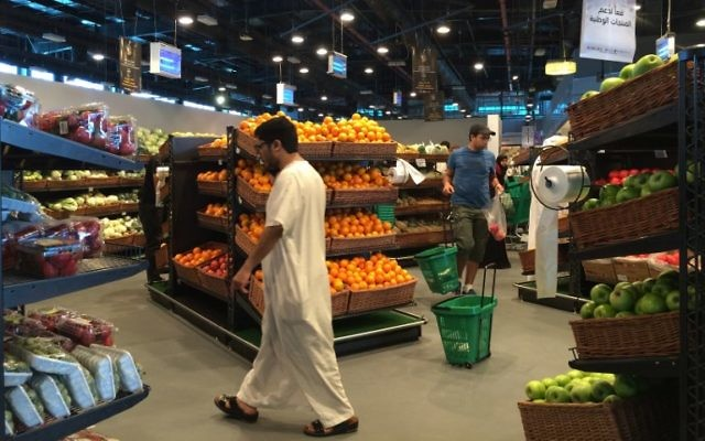 Customers are seen shopping at the al-Meera market in the Qatari capital Doha, on June 10, 2017.  (AFP/STRINGER)