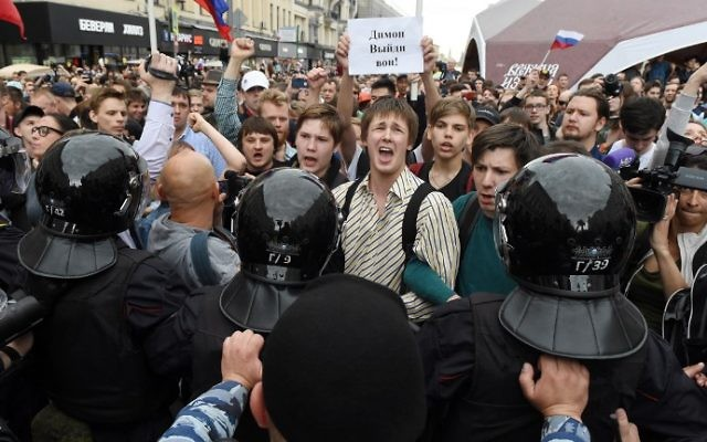 People gather on Tverskaya street during an unauthorized opposition rally in Moscow on June 12, 2017. (VASILY MAXIMOV / AFP)