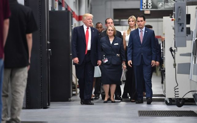 US President Donald Trump (L) tours Waukesha County Technical College with his daughter Ivanka (2nd R) during his visit in Milwaukee, Wisconsin on June 13, 2017 (AFP PHOTO / Nicholas Kamm)