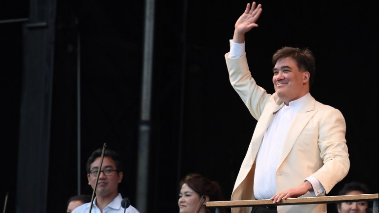 Conductor Alan Gilbert leads the New York Philharmonic in a free concert at New York's Central Park on June 14, 2017. (ANGELA WEISS / AFP)