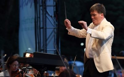 Conductor Alan Gilbert leads the New York Philharmonic in a free concert in New York's Central Park on June 14, 2017. (Angela Weiss/AFP)