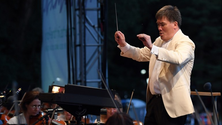 In tense times, top conductor creates UN of orchestras   The Times