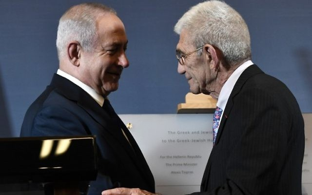 Prime Minister Benjamin Netanyahu (L) shakes hands with Mayor of Thessaloniki Yannis Boutaris (R) during the presentation of a memorial plaque at the Museum of the Holocaust in Thessaloniki on June 15, 2017. (AFP PHOTO / SAKIS MITROLIDIS)