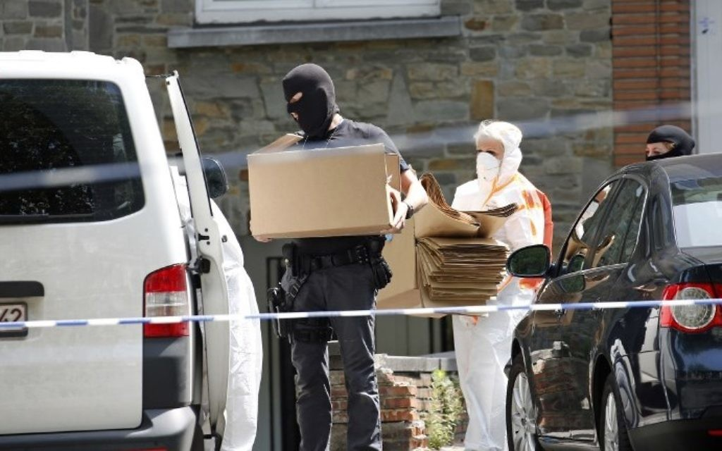 Forensic police carry boxes on June 21, 2017 in Brussels' district of Sint-Jans-Molenbeek as they search the house of the suspected bomber, who was shot dead the day before after carrying out a foiled terrorist attack with a nail bomb at Brussels Central station. (AFP PHOTO / Belga / BRUNO FAHY)