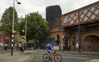 The charred remains of cladding are pictured on the outer walls of the burnt out shell of the Grenfell Tower block in north Kensington, west London on June 22, 2017. (AFP PHOTO / NIKLAS HALLE'N)