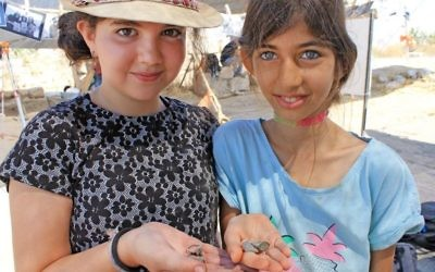 Some 2,500 schoolchildren and volunteers of all ages from Modiin, Israel, have so far participated in the excavation of Tittora. (Vered Bosidan, Israel Antiquities Authority)