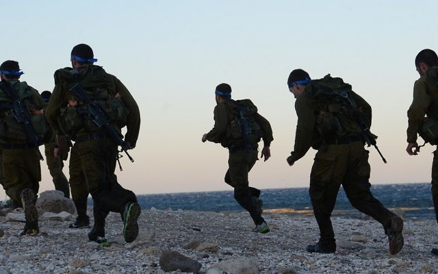 Illustrative: IDF soldiers run along the beach, February 13, 2014. ( Omer Shaul/IDF Spokesperson/Flickr)