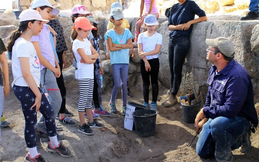 Excavation director Avraham Tendler, right, speaking with some of the 2,500 schoolchildren and volunteers of all ages from Modi'in, Israel, who have so far participated in the excavation of Tittora. (Vered Bosidan, Israel Antiquities Authority)