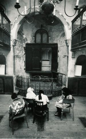Young students in the museum's synagogue sanctuary at 19 Princelet Street, London. (Tom Lindsey/19 Princelet Street)