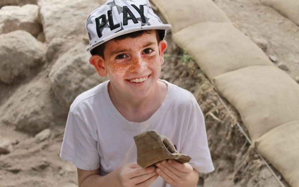 Some 2,500 schoolchildren and volunteers of all ages from Modi'in, Israel, have so far participated in the excavation of Tittora. (Vered Bosidan, Israel Antiquities Authority)