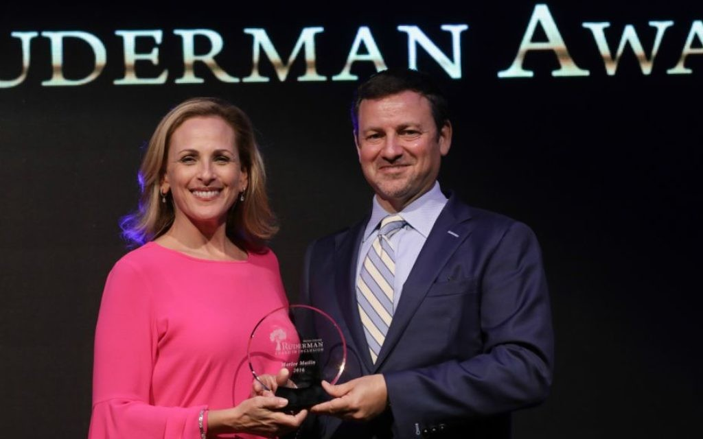 Marlee Matlin, an Oscar-winning actress who is deaf and Jewish, receiving the Morton E. Ruderman Award in Tel Aviv from Jay Ruderman, June 19, 2017. (Courtesy/Erez Uzir)