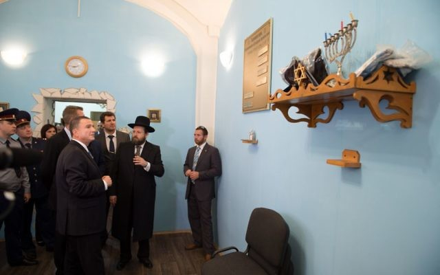 Knesset Speaker Yuli Edelstein in the Butryka prison synagogue. June 28, 2017 (Israeli embassy in Russia/Courtesy)