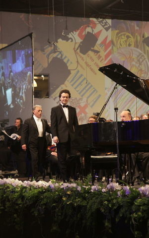 Evgeny Kissin with Israel Philharmonic conductor Zubin Mehta at the philharmonic's 75th anniversary in Tel Aviv, 2011. (CC SA/Levg)