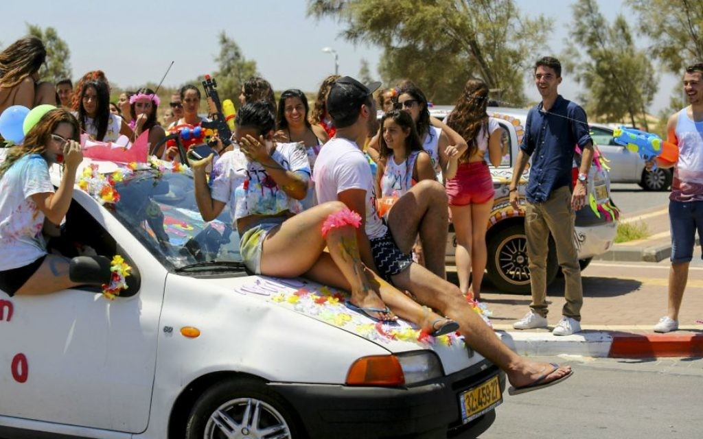 File: Israeli high school students celebrate finishing school in Ashdod, Southern Israel, June 20, 2016.  (Flash90)