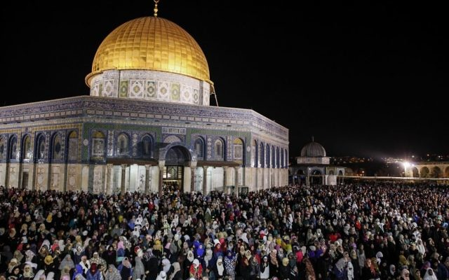 Hundreds of thousands of worshipers pray at the al-Aqsa mosque on the night of al-Qadr, in front of the Dome of the Rock on the compound known to Muslims as al-Haram al-Sharif and to Jews as Temple Mount in Jerusalem's Old City, july,1, 2016. (Suliman Khader/Flash90)